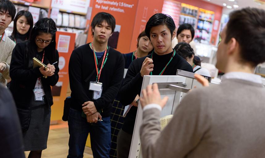 ユニクロ リージェントストリート店を調査する参加者たち。