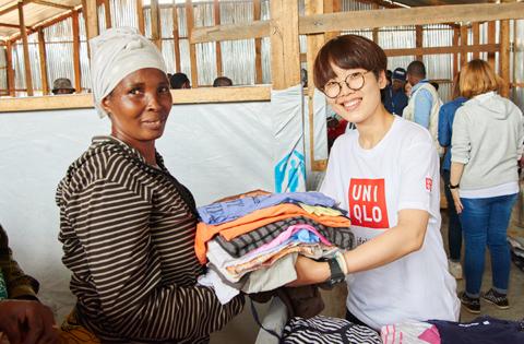 2016年5月、ルワンダの難民キャンプへ約54万着の衣料を届けた