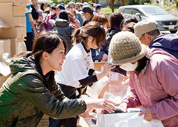 東日本大震災の発生を受け、ユニクロは緊急支援物資として衣類を届けた