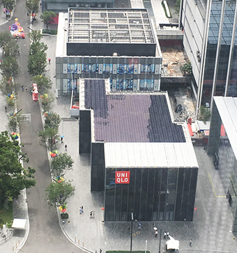 The UNIQLO SHENZHEN Wanxiang Tiandi Store with rooftop photovoltaic panels